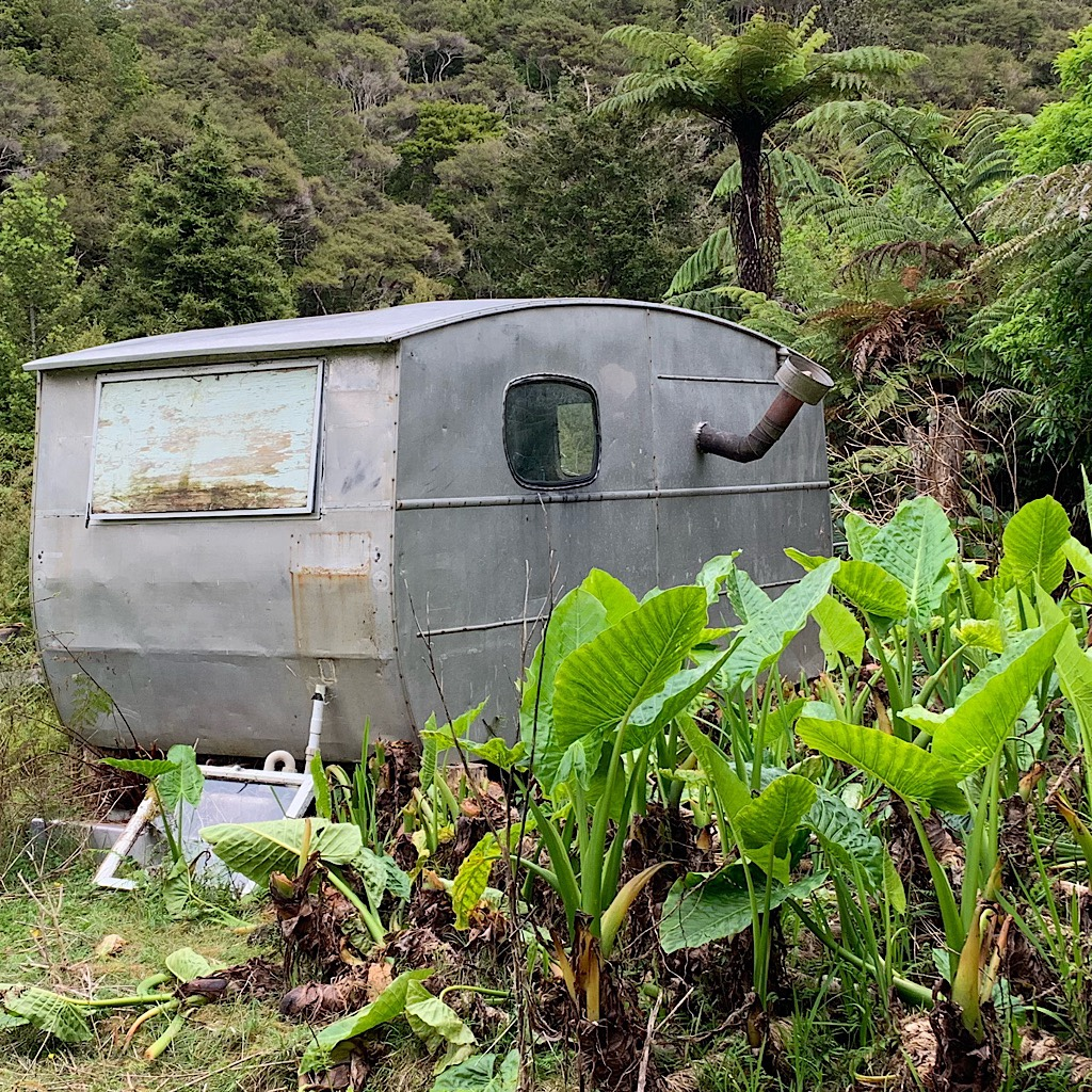 A caravan as a guest room is typical in New Zealand.